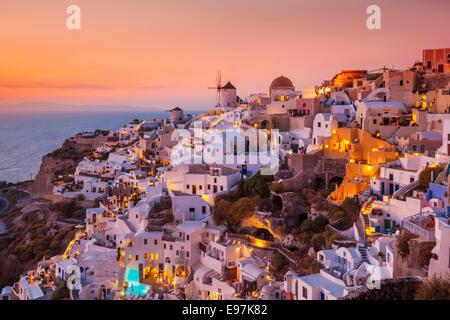 Moulin & maisons blanches au coucher du soleil dans le village de Oia, Santorin, Santorini, Cyclades, îles grecques, Banque D'Images