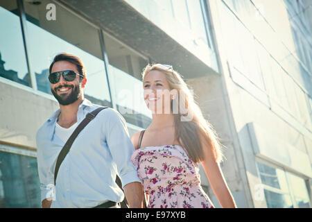 Happy young couple en promenade en ville Banque D'Images