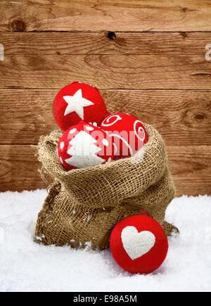 Belle handcrafted rouge décorations de Noël avec des formes traditionnelles décrites sur les boules de tissu tomber Banque D'Images