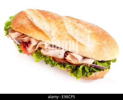 Salade au poulet croustillant sur une baguette française d'or pour une collation ou un repas sain, libre de l'angle Banque D'Images