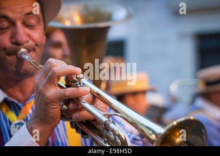 Expression de la trompettiste jouant à la fête du jasmin. Grasse, Provence-Alpes-Côte d'Azur. France Banque D'Images