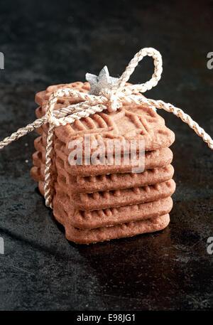 Pile de biscuits spéculoos de spécialité, un biscuit croustillant épicé Dutch servi pour la fête de Saint Nicolas, Banque D'Images