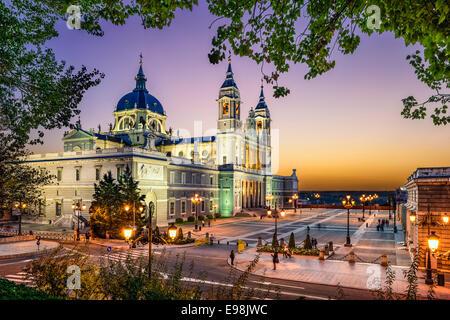 Madrid, Espagne à la cathédrale de la Almudena et le Palais Royal. Banque D'Images
