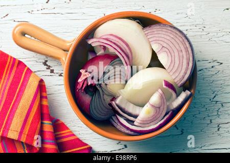 L'oignon haché dans la poêle en céramique Banque D'Images