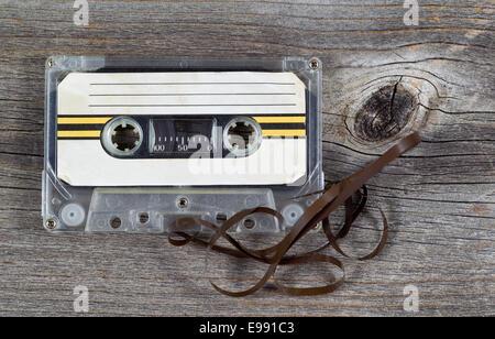Ancienne Cartouche de bande cassette sur bois rustique