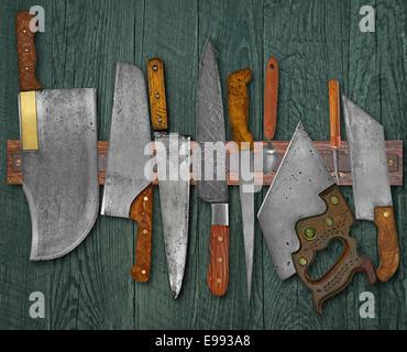 Vintage jeu de couteaux sur l'aimant contre wall Rack Banque D'Images