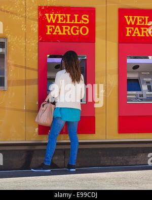 Femme à l'aide de la Wells Fargo ATM - USA Banque D'Images