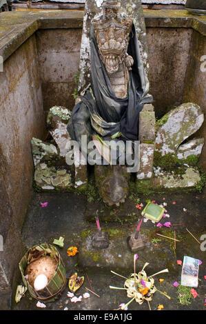Statue de laisser des offrandes au sanctuaire de Gunung Kaki. Ubud. Bali. Gunung Kawi est une 11e siècle temple Banque D'Images