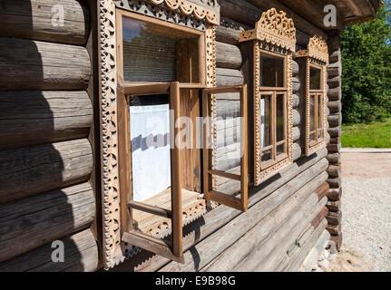 Fenêtres sur la façade de la vieille maison de bois Banque D'Images