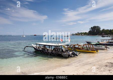 """Bateaux amarrés sur la plage, 'Gili Air"""", """"des îles Gili, Lombok, Indonésie Banque D'Images"""
