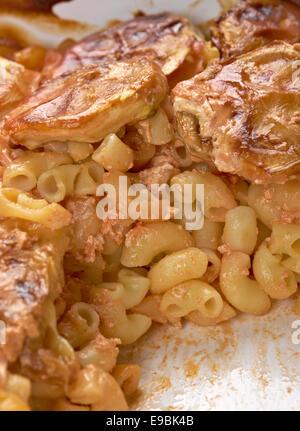 Cuire les pâtes macaronis coudés et courgettes.gratin de macaronis Banque D'Images