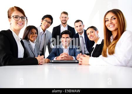 Un groupe de collègues de bureau en souriant