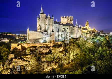 Segovia, Espagne ville skyline avec l'Alcazar de nuit. Banque D'Images