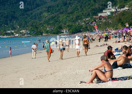 Les touristes sur la plage de Patong, Phuket, Thailand