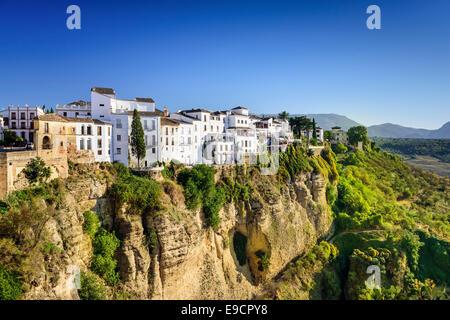 Ronda, Espagne bâtiments sur les gorges du Tage. Banque D'Images