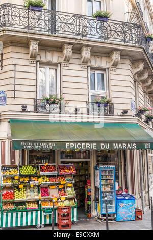 Des fruits frais à l'affichage à une épicerie dans le quartier du Marais, Paris, ile de france, france Banque D'Images