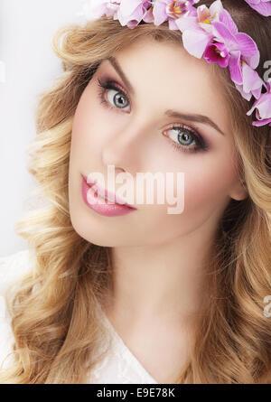 Fille charmante en guirlande de fleurs Banque D'Images