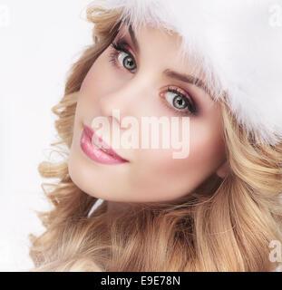 Jolie jeune femme en chapeau blanc fourrure Banque D'Images