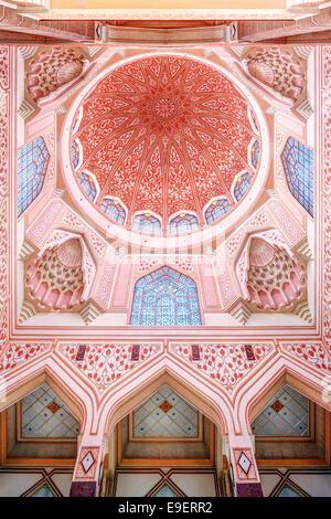 Coupole de la mosquée mosquée Putra aka la mosquée Rose à Putrajaya Malaisie. Modern (1999) l'architecture islamique sunnite.
