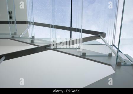 Escalier en verre de voie ouverte à la conversion d'une moderne terrasse Victorienne, Wandsworth, Londres, Royaume Banque D'Images