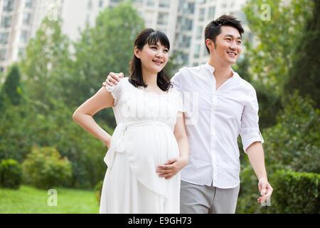 Femme enceinte marche avec mari Banque D'Images