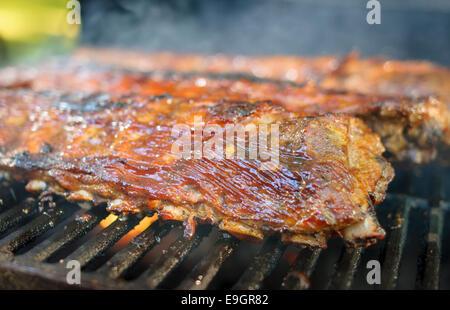 Fumé Cuit lentement, de côtes de porc grillées. Banque D'Images
