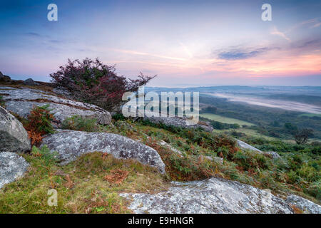 Un lever de soleil sur l'automne Helman Tor un affleurement de granite escarpée et accidentée de Moor près de Bodmin à Cornwall