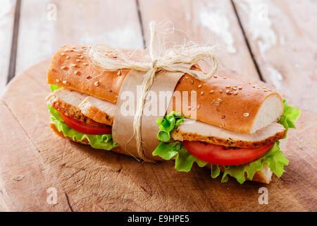 Sandwich baguette avec poulet grillé et tomates Banque D'Images