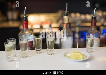 Tequila shots et de tranches de citron Banque D'Images