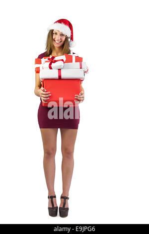 Brunette fête holding pile de cadeaux Banque D'Images