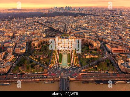 Coucher de soleil sur le Trocadéro avec le Palais de Chaillot vu de la Tour Eiffel à Paris, France. Banque D'Images