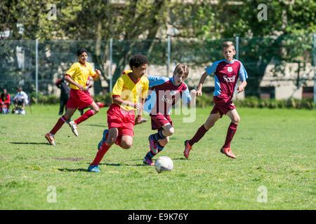 Deux jeunes joueurs de football U15 lutte pour la balle, Le Cap, Afrique du Sud, Cape Town, Afrique du Sud Banque D'Images