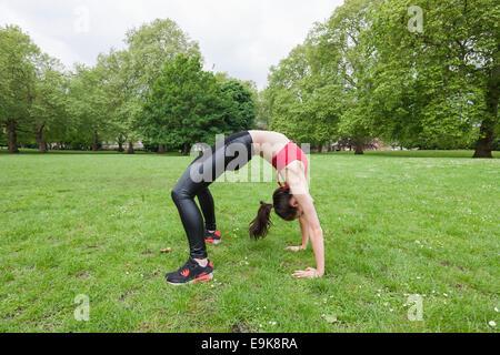 Vue latérale sur toute la longueur de la fit woman exercising in park