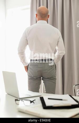 Vue arrière du businessman standing in office