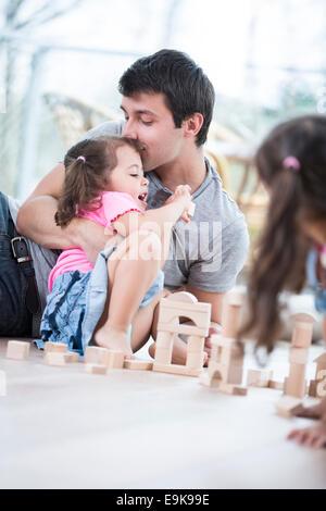 Père aimant baiser fille sur marbre Banque D'Images