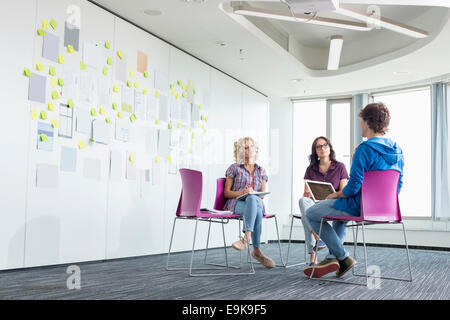 Couple in creative office space Banque D'Images