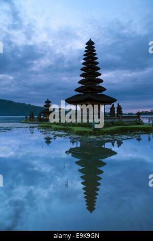 Le temple Pura Ulun Danu Bratan lake avant le lever du soleil, Bali, Indonésie Banque D'Images