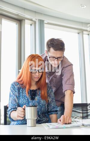 La lecture du fichier d'affaires ensemble au bureau en bureau de création Banque D'Images