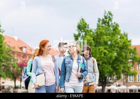 Groupe des amis du collège la marche à l'extérieur Banque D'Images