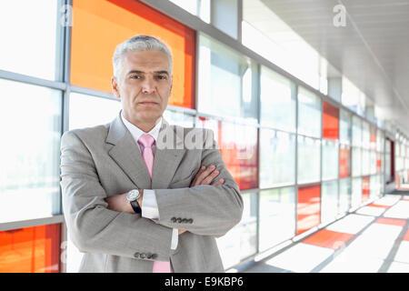 Portrait of middle aged businessman à railroad station