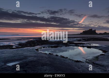 Automne le lever du soleil sur la plage de Bamburgh Northumberland au sur la côte Banque D'Images