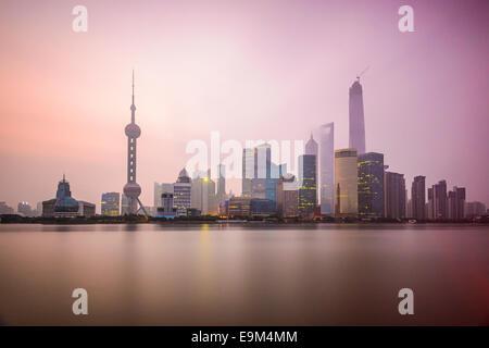 Shanghai, Chine ville sur la rivière Huangpu. Banque D'Images