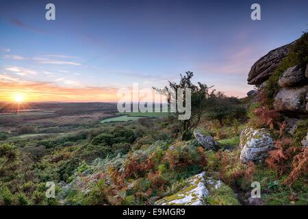 L'automne magnifique lever de soleil sur Helman Tor un affleurement de granit escarpées près de landes à Cornwall Bodmin