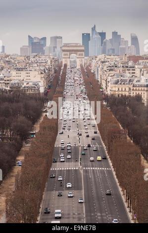 Jusqu'à l'ouest de l'Avenue des Champs-Élysées à Paris France. Photo prise depuis la grande roue aka La Grande Roue. Banque D'Images