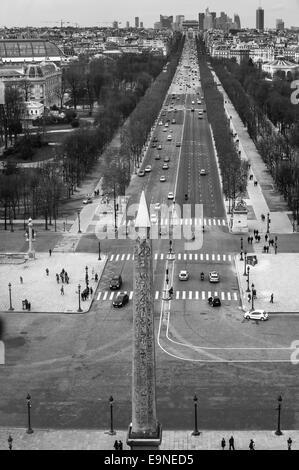 Jusqu'à l'Avenue des Champs-Élysées avec l'Obélisque de Louxor à l'avant-plan-Paris France. Cliché pris à partir Banque D'Images
