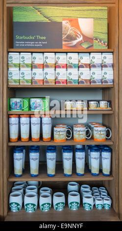 AMSTERDAM, le 4 août:chaîne de café Starbucks à Seattle est présent dans presque toute l'Europe, sauf en Italie Banque D'Images