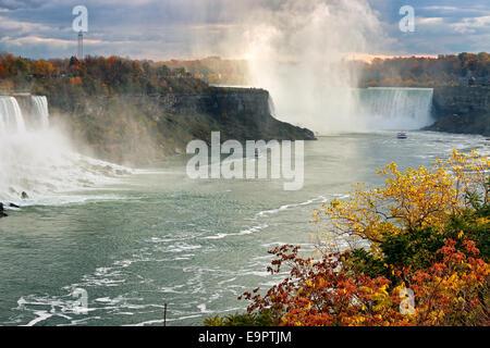 Nouveau catamaran bateaux d'excursion sur la rivière Niagara entre American Falls sur la gauche et Horseshoe Falls Banque D'Images