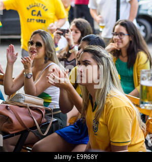 Groupe de filles brésiliennes de regarder la Coupe du Monde de football match à la télévision dans un bar à Salvador, Banque D'Images