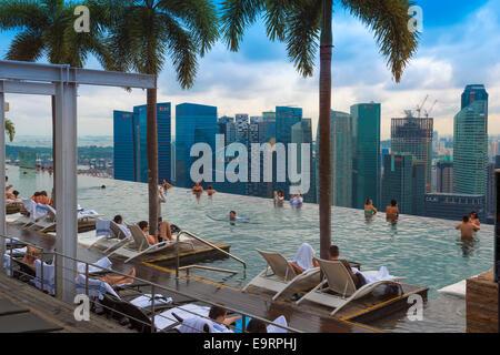 Le centre-ville du quartier financier central vu de la piscine à débordement du Marina Bay Sands , Singapour Banque D'Images