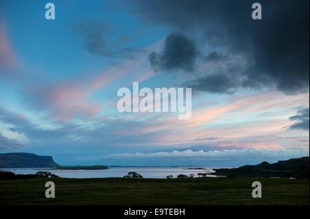 Vue panoramique de la scène du ciel rose et bleu pastel sur le Loch Na Keal au coucher du soleil sur l'île de Mull, Banque D'Images